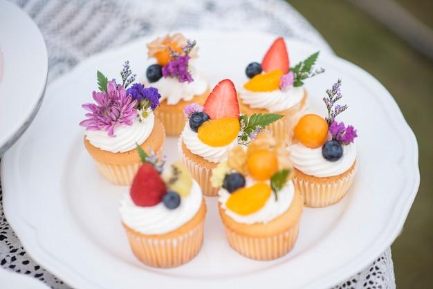 Piękny kubek ciasta na weselu