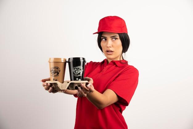 Piękny kurier trzymający kawę na wynos. wysokiej jakości zdjęcie
