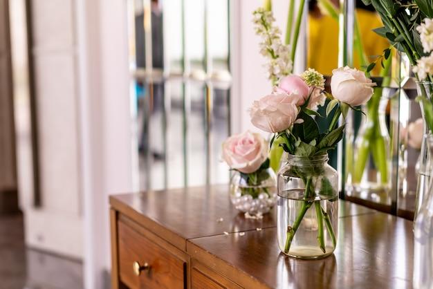 Piękny kwiat róży w wazonie