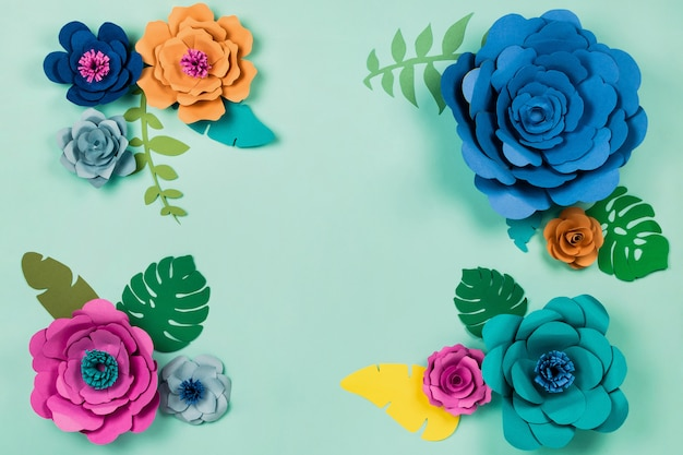 Piękny kwiatowy. kwiaty papercraft na niebieskim tle, widok z góry, flat lay, copyspace