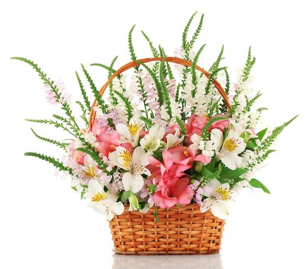Piękny kwiatowy układ w koszu na białym tle