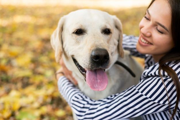 Piękny labrador z młodą kobietą
