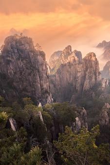 Piękny landscpae huangshan (żółta góra) z chmurami morskimi w prowincji anhui we wschodnich chinach.