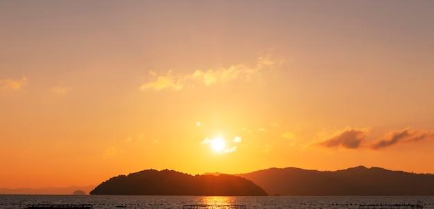 Piękny lekki zmierzch lub wschód słońca nad denną scenerii naturą