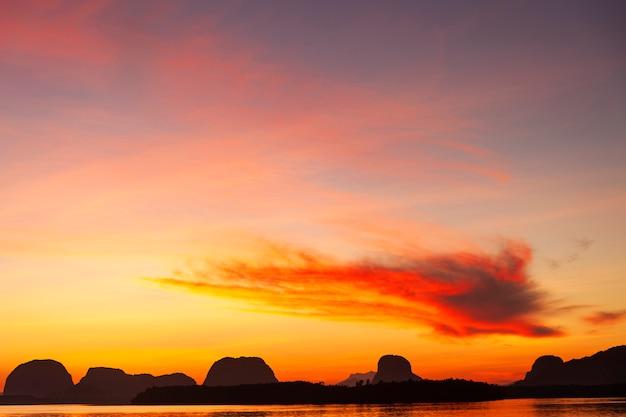 Piękny lekki zmierzch lub wschód słońca nad dennym scenerii natury tłem