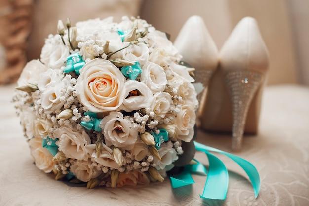 Piękny letni bukiet ślubny. jasne kwiaty