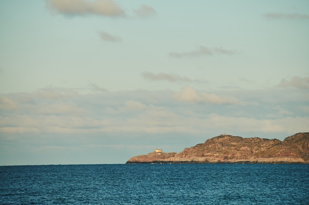 Piękny letni dzień krajobraz opuszczony artnatura obrony wybrzeża północnej teriberka, widok na morze barentsa.