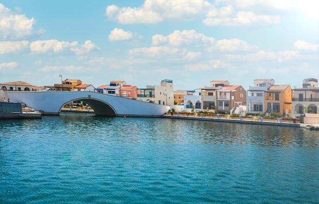 Piękny letni krajobraz morskiej zatoki z mostem i willami na cyprze. letni dzień