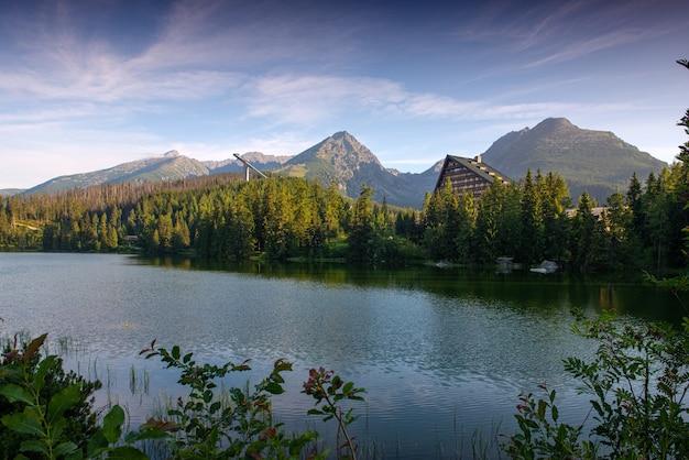 Piękny letni krajobraz. widok na górskie jezioro strbske pleso z krystalicznie czystą wodą w tatrach wysokich na słowacji