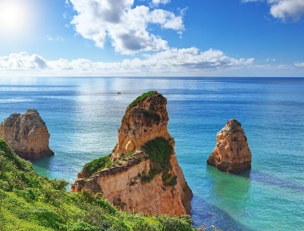 Piękny letni krajobraz z morzem w trzech górach.