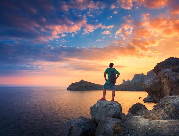 Piękny letni krajobraz z stojący mężczyzna z plecakiem