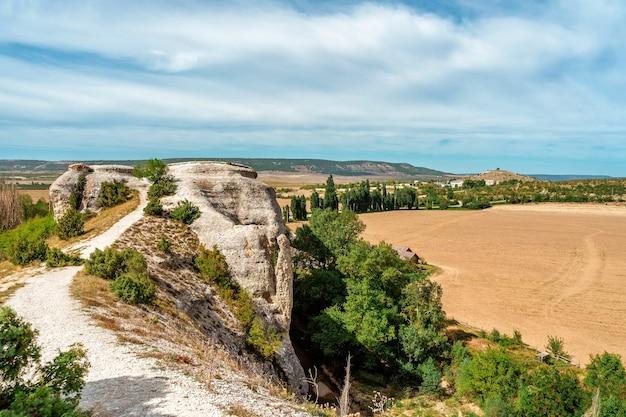 Piękny letni krajobraz ze skałami i widokiem na zielone wzgórza górskiego krajobrazu doliny
