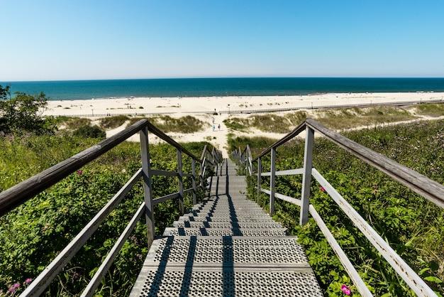 Piękny letni widok na bałtyk, piaszczystą plażę, błękitne morze i promenadę