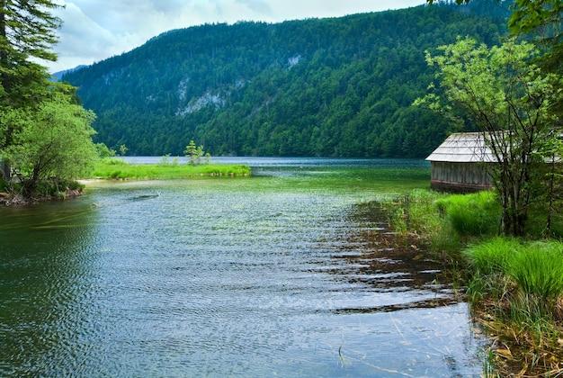 Piękny letni widok na jezioro alpejskie toplitzsee, austria