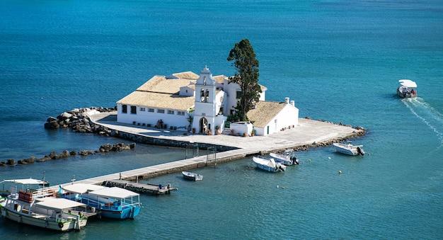 Piękny letni widok na klasztor vlacherna i wyspę ponticonisi lub mysią wyspę w kerkyra