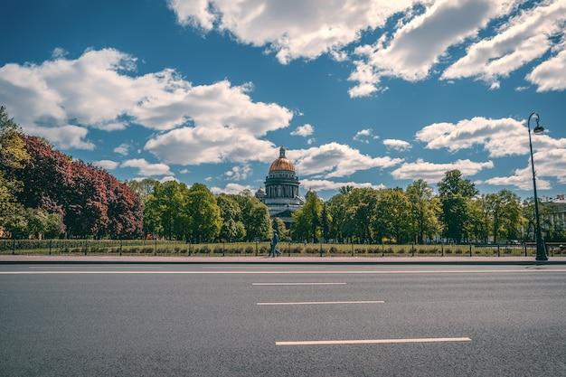Piękny letni widok z promenady do katedry św. izaaka. petersburg. rosja