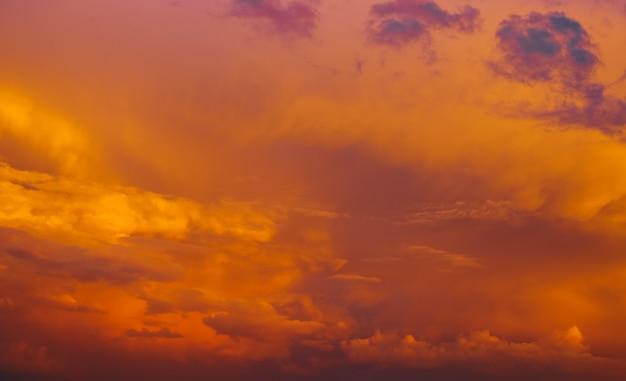 Piękny letni zachód słońca, który budzi dreszcze