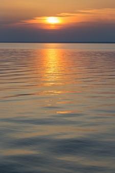 Piękny letni zachód słońca nad jeziorem