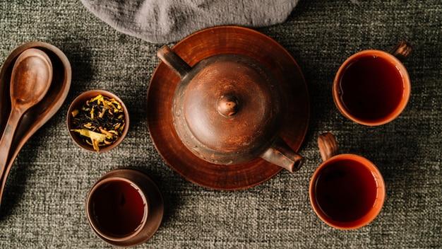 Piękny leżał piękny zestaw czajnika i filiżanek