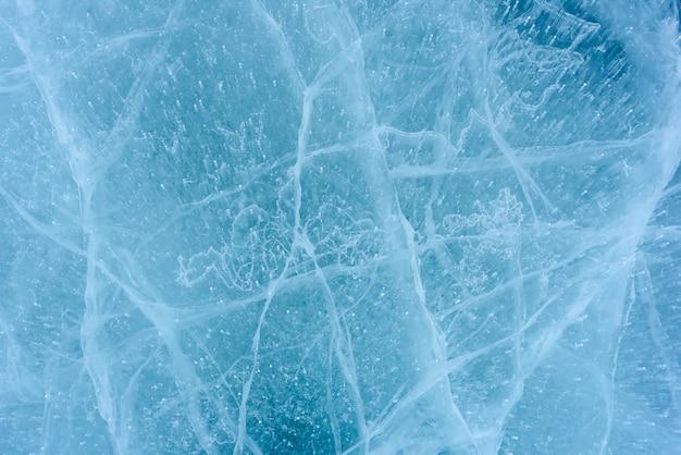 Piękny lód jeziora bajkał z abstrakcyjnymi pęknięciami