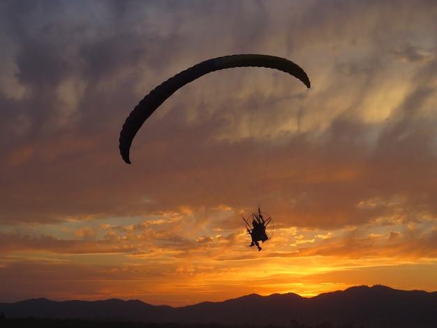 Piękny lot paralotnią o zachodzie słońca