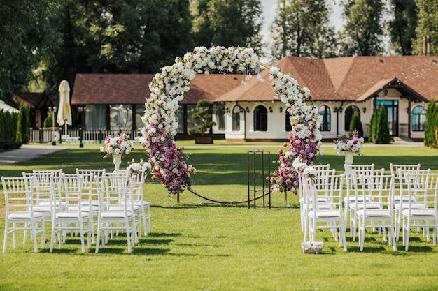 Piękny łuk do ceremonii ślubnej.