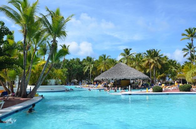 Piękny luksusowy basen w tropikalnym kurorcie, ludzie relaksują się w hotelu.