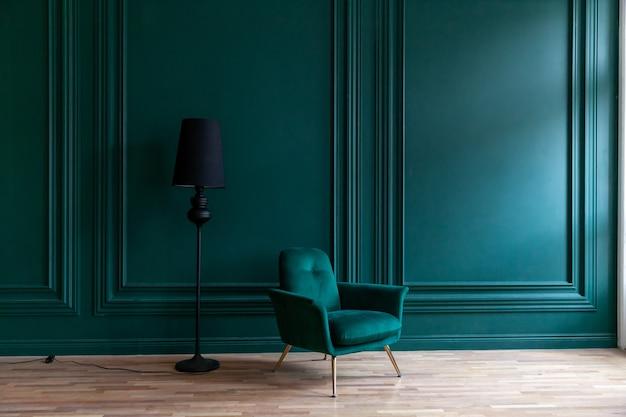 Piękny luksusowy klasyczny niebieski zielony czysty pokój w klasycznym stylu z zielonym miękkim fotelem