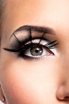 Piękny makijaż oczu. wellness, kosmetyki i makijaż. wizaż wakacyjny