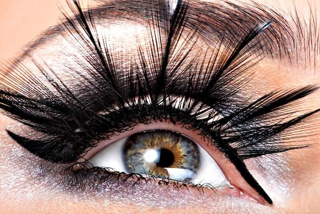 Piękny makijaż oczu. wellness, kosmetyki i makijaż.