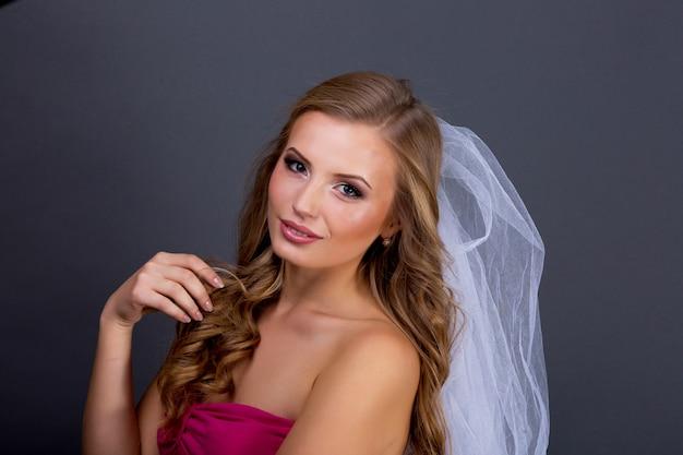 Piękny makijaż twarzy z bliska. idealnie zdrowa skóra. moda glamour makeup. model piękna dziewczyna z glamour makijaż i fryzurę na czarnej ścianie. portret pięknej i seksownej młodej kobiety