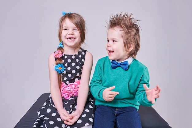 Piękny mały chłopiec i dziewczynka uśmiechają się radośnie