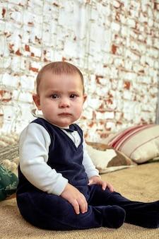 Piękny mały chłopiec marzy o domkach pod choinką. koncepcja bożego narodzenia i dzieci czekają na cud.