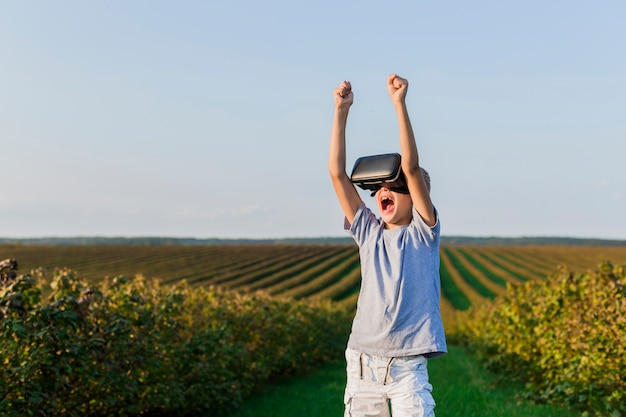 Piękny mały chłopiec zabawy z okulary wirtualnej rzeczywistości