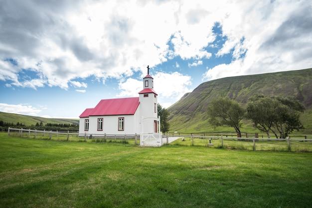 Piękny mały czerwony kościół w islandii