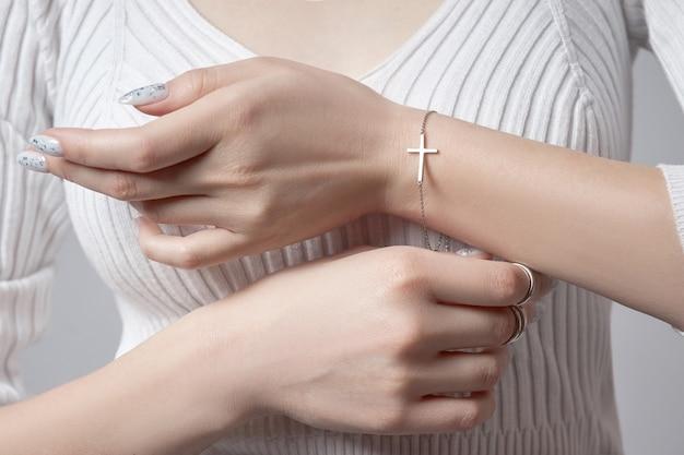 Piękny manicure na paznokciach kobiety. kolorystyka paznokci dłoni. delikatne, zadbane dłonie