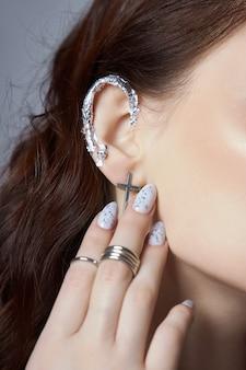 Piękny manicure na paznokciach kobiety. kolorystyka paznokci na dłoni. delikatne, zadbane dłonie