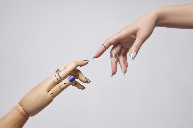 Piękny manicure na paznokciach kobiety.