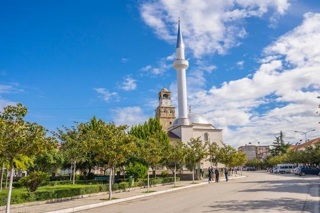 Piękny meczet i wieża zegarowa