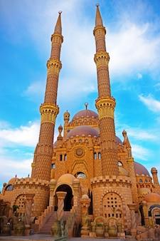 Piękny meczet na niebieskim tle nieba.