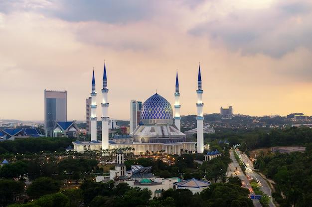 Piękny meczet sultan salahuddin abdul aziz shah (znany również jako błękitny meczet) znajdujący się w shah alam, selangor, malezja.