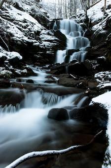Piękny mętny zimowy krajobraz w górach karpat