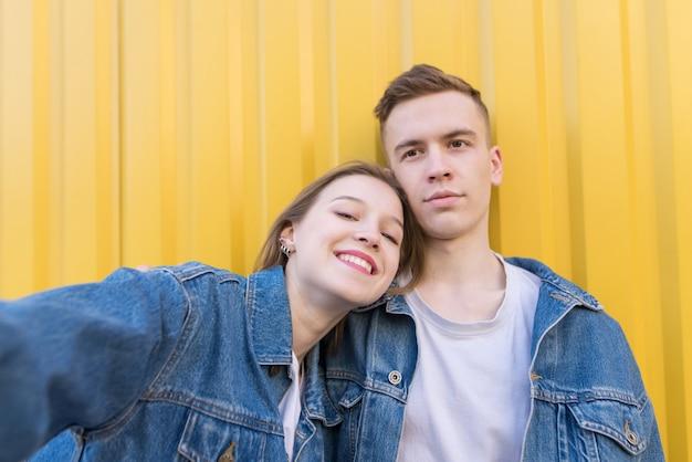 Piękny mężczyzna i dziewczyna są fotografowani. selfie na smartfonie