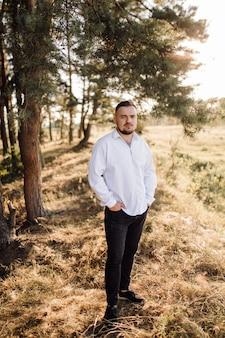 Piękny mężczyzna w lesie