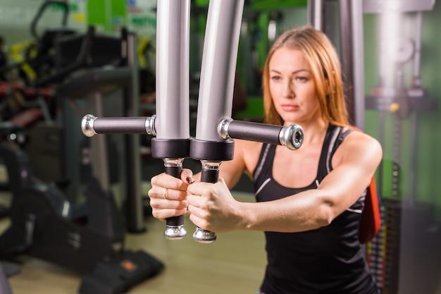 Piękny mięśniowy dysponowany kobiety ćwiczyć