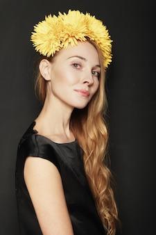 Piękny młoda kobieta portret na czarnym tle