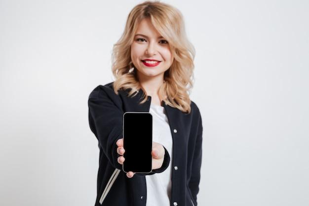 Piękny młoda kobieta seansu pokaz telefon komórkowy.