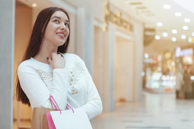 Piękny młoda kobieta zakupy przy lokalnym centrum handlowym