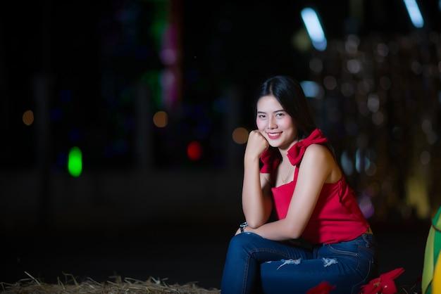 Piękny młodej kobiety odprowadzenie w ulicie