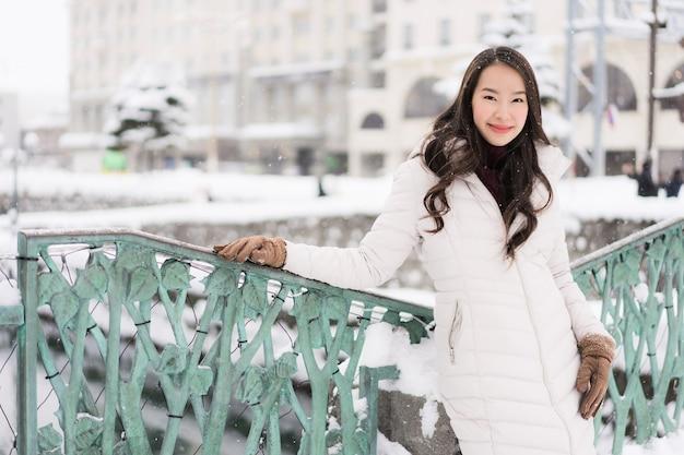 Piękny młody azjatykci kobieta uśmiech i szczęśliwy z podróży wycieczką w otaru kanale hokkaido japonia